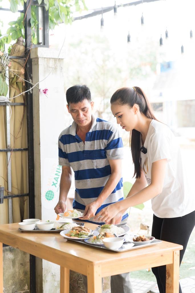 Á hậu Kim Duyên phụ gia đình bán cơm bình dân - Ảnh 1.
