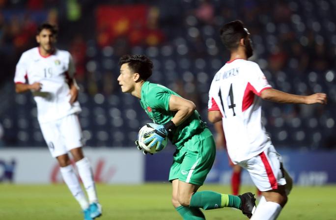 Bùi Tiến Dũng tôn vinh hàng thủ U23 - Ảnh 1.
