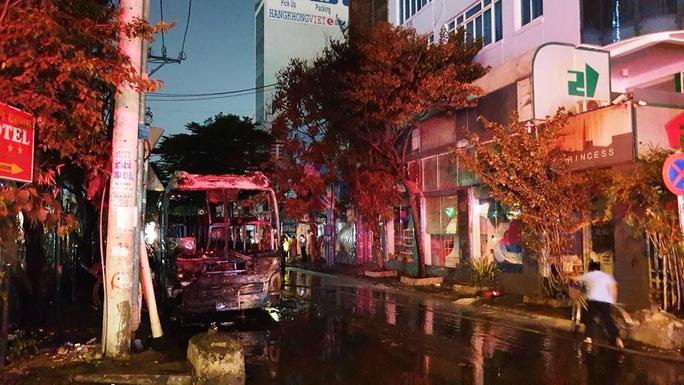 CLIP: Xe khách bốc cháy trên đường Cộng Hòa - TP HCM, giao thông tê liệt - Ảnh 1.