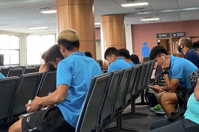 Clip: U23 Việt Nam chạm mặt cầu thủ Triều Tiên trên máy bay cánh quạt trở về Bangkok - Ảnh 2.