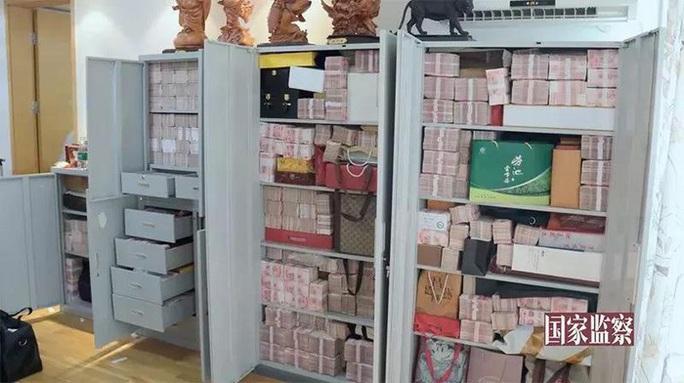 Quan tham Trung Quốc giấu 3 tấn tiền trong nhà, xây phố cho vợ và nhân tình sống chung  - Ảnh 4.