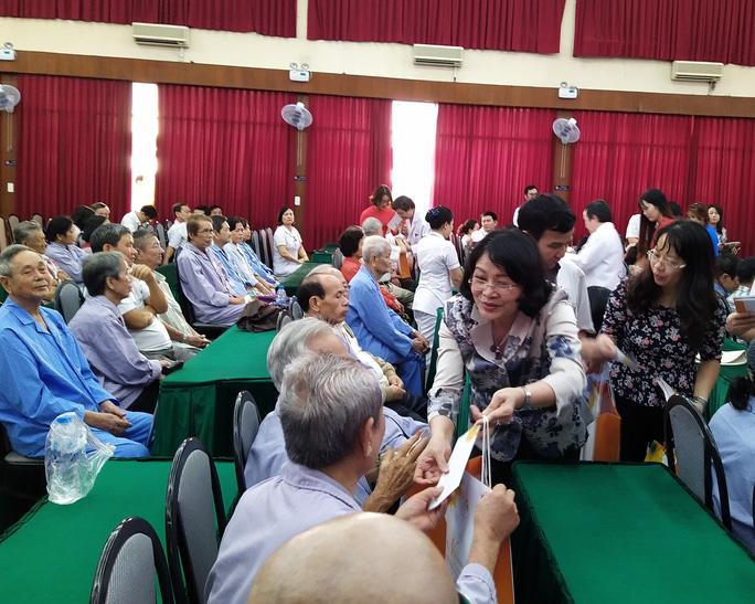 100 bệnh nhân ung thư nhận được quà Tết bất ngờ từ Phó Chủ tịch nước - Ảnh 2.