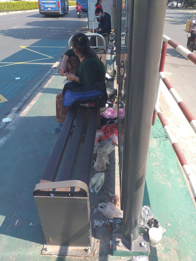 Trạm xe buýt nhếch nhác - Ảnh 1.