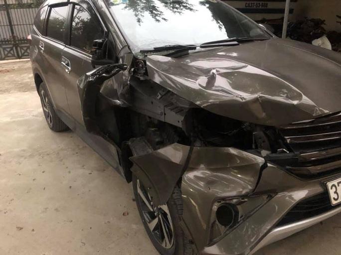 Điều khiển xe Mazda CX5 bỏ trốn khi tông thương vong 2 người dừng sửa xe ô tô - Ảnh 1.