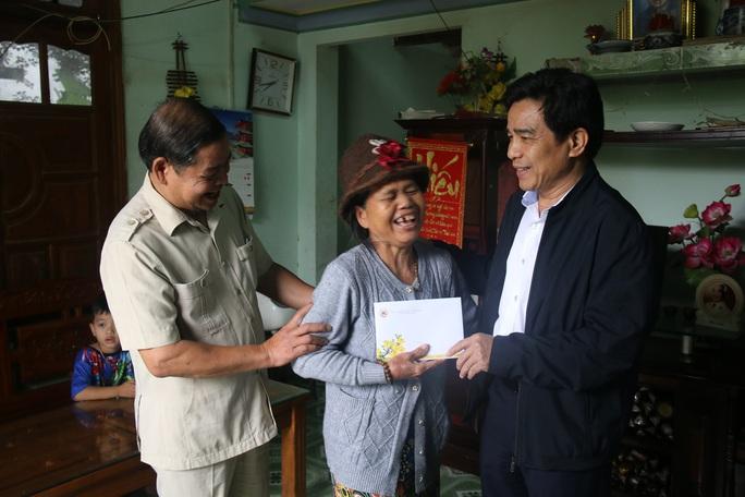 Phó Bí thư Thường trực Tỉnh ủy Quảng Nam tặng quà Tết cho đồng bào biên giới - Ảnh 12.