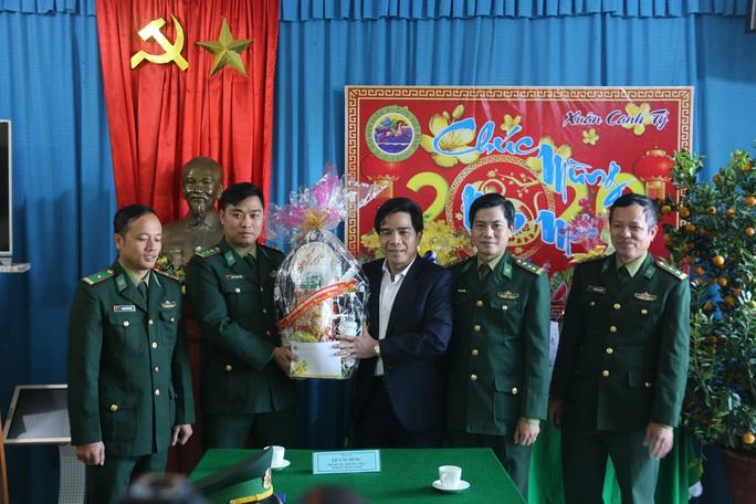 Phó Bí thư Thường trực Tỉnh ủy Quảng Nam tặng quà Tết cho đồng bào biên giới - Ảnh 2.