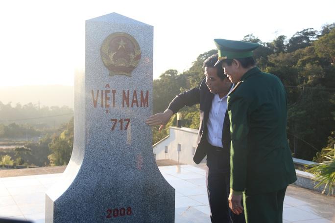 Phó Bí thư Thường trực Tỉnh ủy Quảng Nam tặng quà Tết cho đồng bào biên giới - Ảnh 8.
