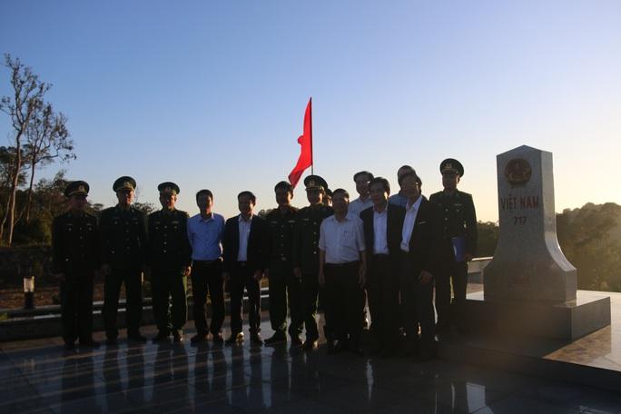 Phó Bí thư Thường trực Tỉnh ủy Quảng Nam tặng quà Tết cho đồng bào biên giới - Ảnh 7.