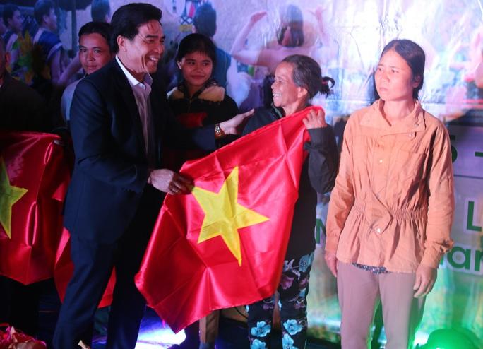 Phó Bí thư Thường trực Tỉnh ủy Quảng Nam tặng quà Tết cho đồng bào biên giới - Ảnh 16.