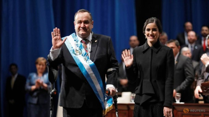 Hết thời còn tính kế miễn truy tố, cựu tổng thống Guatemala bị ăn trứng - Ảnh 2.