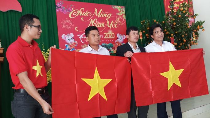Phó Bí thư Thường trực Tỉnh ủy Quảng Nam tặng quà Tết cho đồng bào biên giới - Ảnh 14.