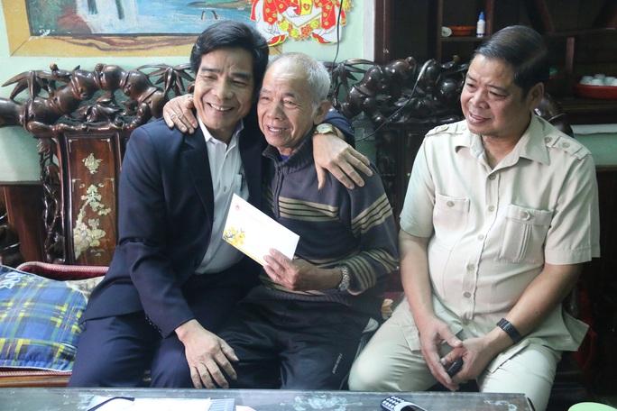 Phó Bí thư Thường trực Tỉnh ủy Quảng Nam tặng quà Tết cho đồng bào biên giới - Ảnh 11.
