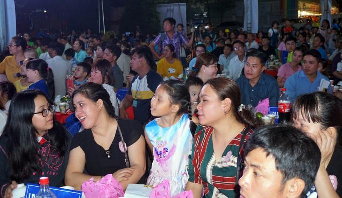 Phút giây xúc động của gia đình công nhân khi tham dự Tết sum vầy - Ảnh 3.