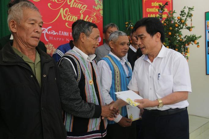 Phó Bí thư Thường trực Tỉnh ủy Quảng Nam tặng quà Tết cho đồng bào biên giới - Ảnh 4.
