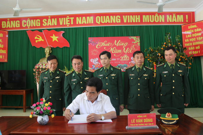 Phó Bí thư Thường trực Tỉnh ủy Quảng Nam tặng quà Tết cho đồng bào biên giới - Ảnh 5.