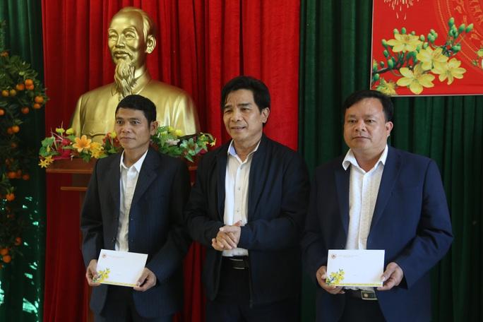 Phó Bí thư Thường trực Tỉnh ủy Quảng Nam tặng quà Tết cho đồng bào biên giới - Ảnh 3.