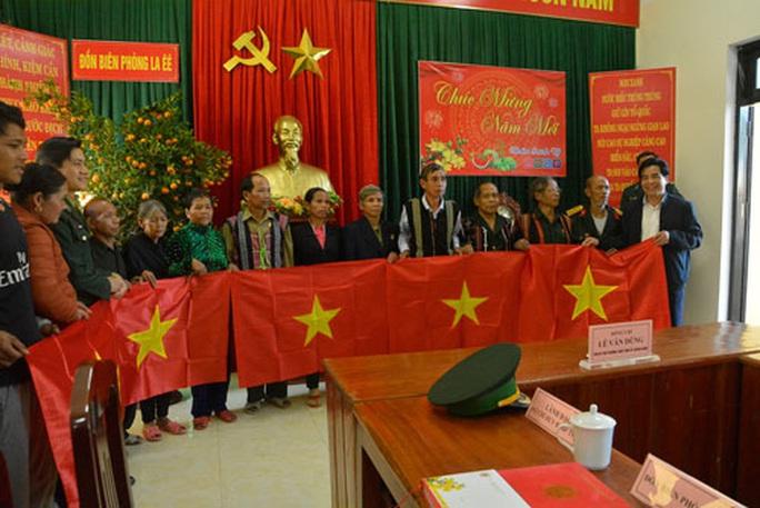 Cờ Tổ quốc đến với đồng bào biên giới Việt - Lào - Ảnh 1.