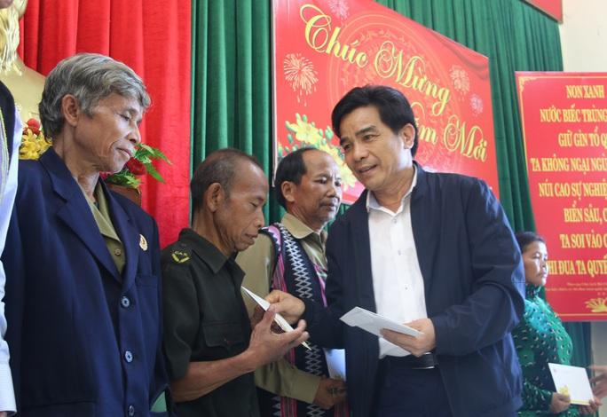 Phó Bí thư Thường trực Tỉnh ủy Quảng Nam tặng quà Tết cho đồng bào biên giới - Ảnh 1.