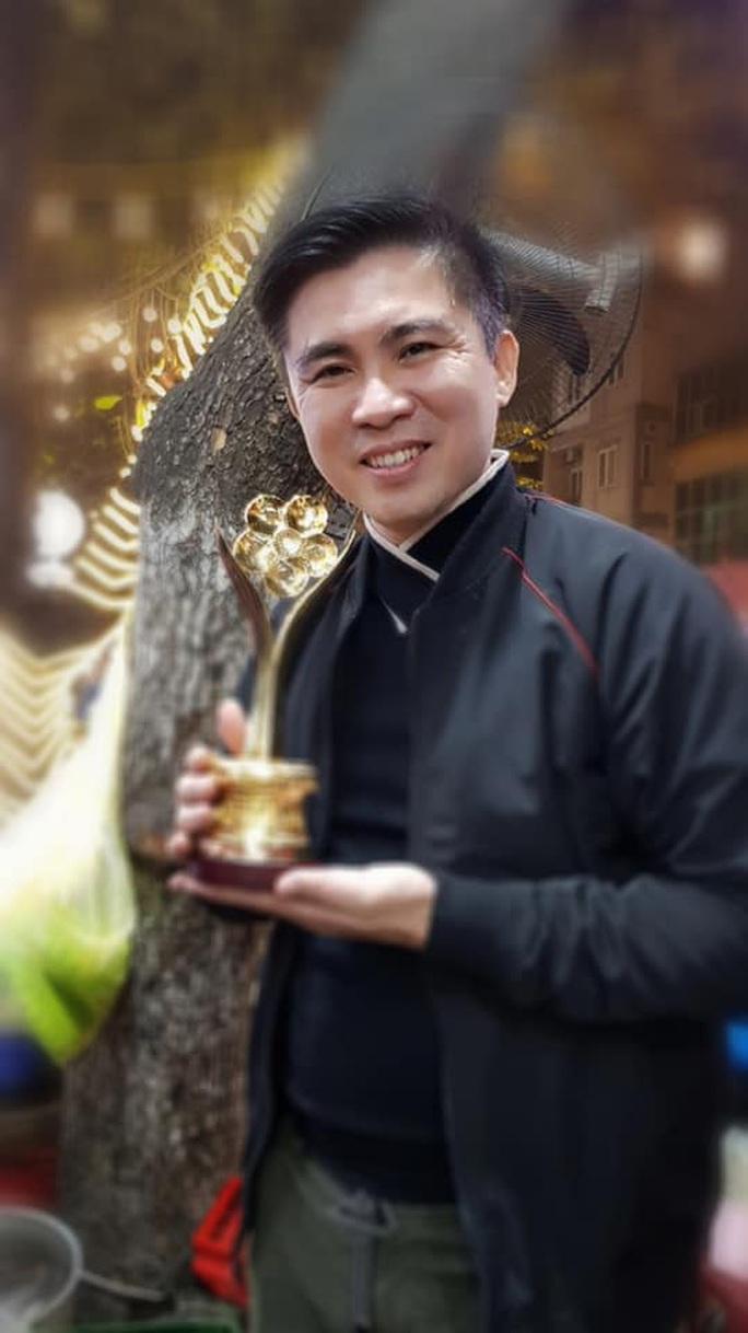 NSND Triệu Trung Kiên cùng các nghệ sĩ khoe tượng Mai Vàng ở Hà Nội - Ảnh 2.