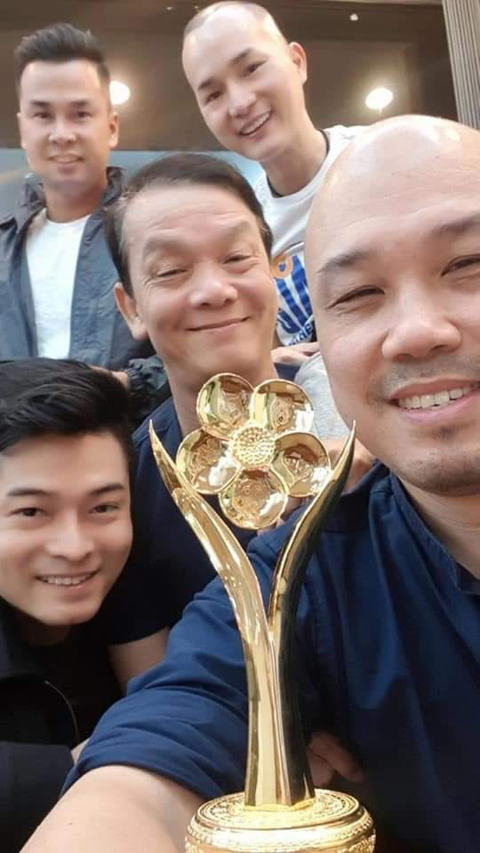 NSND Triệu Trung Kiên cùng các nghệ sĩ khoe tượng Mai Vàng ở Hà Nội - Ảnh 3.