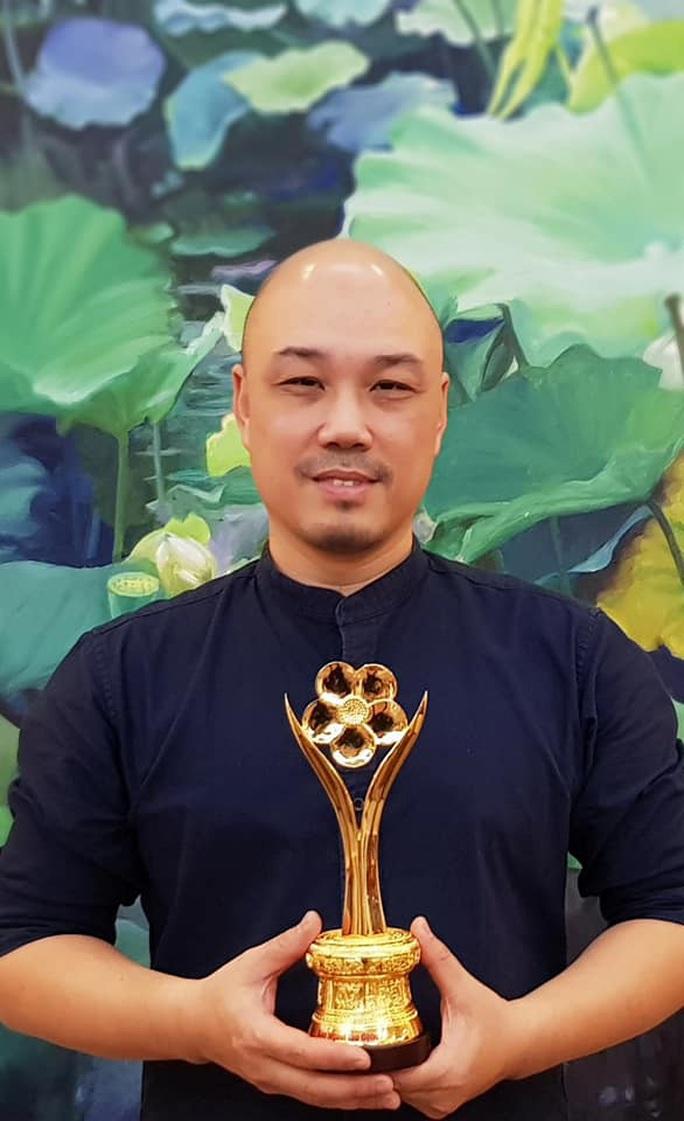 NSND Triệu Trung Kiên cùng các nghệ sĩ khoe tượng Mai Vàng ở Hà Nội - Ảnh 4.