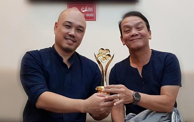 NSND Triệu Trung Kiên cùng các nghệ sĩ khoe tượng Mai Vàng ở Hà Nội - Ảnh 1.