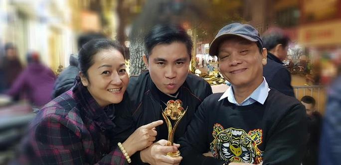 NSND Triệu Trung Kiên cùng các nghệ sĩ khoe tượng Mai Vàng ở Hà Nội - Ảnh 5.