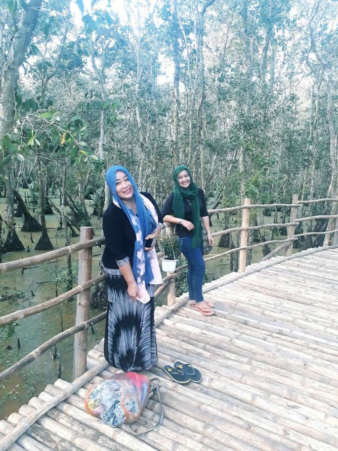 Ngỡ ngàng chiếc cầu tre dài nhất Việt Nam nằm giữa rừng tràm - Ảnh 3.