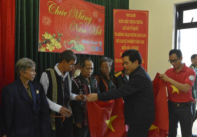 Phó Bí thư Thường trực Tỉnh ủy Quảng Nam tặng quà Tết cho đồng bào biên giới - Ảnh 13.