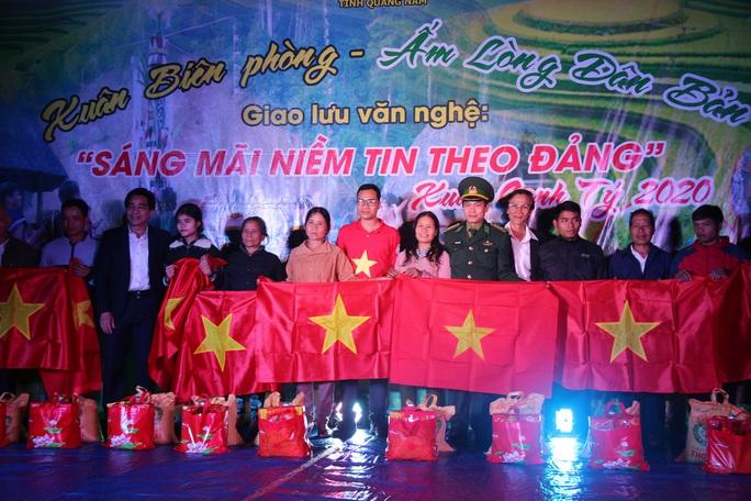 Phó Bí thư Thường trực Tỉnh ủy Quảng Nam tặng quà Tết cho đồng bào biên giới - Ảnh 15.