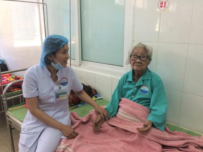 Phẫu thuật lấy khối u 1,5 kg mọc hơn 10 năm trong bụng cụ bà 100 tuổi - Ảnh 1.