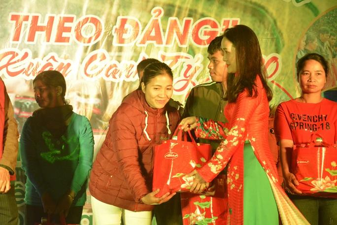 Phó Bí thư Thường trực Tỉnh ủy Quảng Nam tặng quà Tết cho đồng bào biên giới - Ảnh 10.