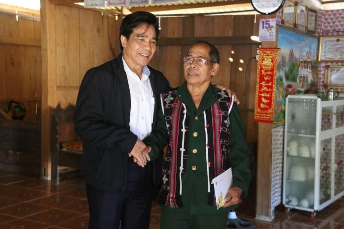 Phó Bí thư Thường trực Tỉnh ủy Quảng Nam tặng quà Tết cho đồng bào biên giới - Ảnh 6.