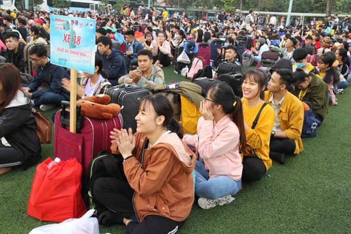 Sinh viên được đưa về quê đón Tết miễn phí - Ảnh 3.