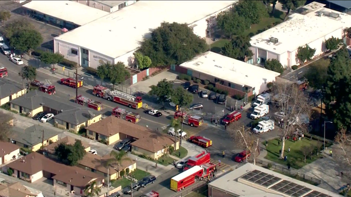 Máy bay đổ nhiên liệu vào sân trường học, 60 học sinh bị thương - Ảnh 1.