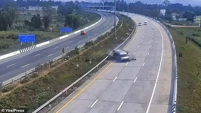 Vừa rời sân bay 8 du khách Anh bị xe buýt  quăng trên cao tốc   - Ảnh 2.