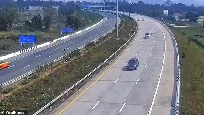 Vừa rời sân bay 8 du khách Anh bị xe buýt  quăng trên cao tốc   - Ảnh 1.