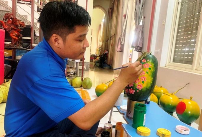 Thầy giáo vẽ tranh quê hương, chữ thư pháp đẹp hút mắt lên trái cây phục vụ Tết - Ảnh 5.