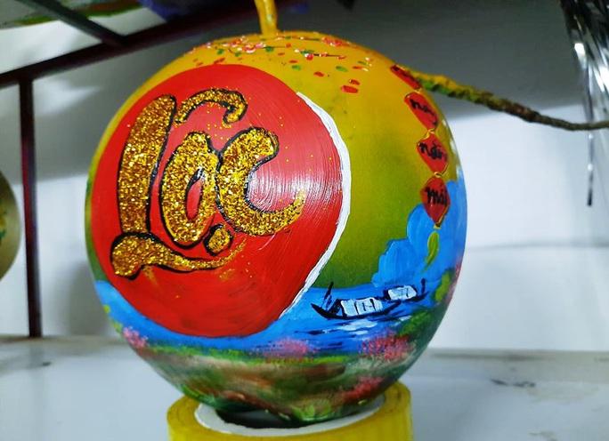 Thầy giáo vẽ tranh quê hương, chữ thư pháp đẹp hút mắt lên trái cây phục vụ Tết - Ảnh 4.