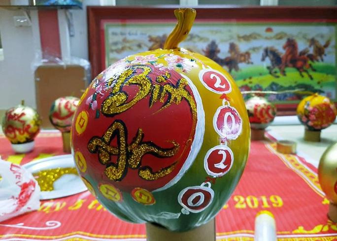 Thầy giáo vẽ tranh quê hương, chữ thư pháp đẹp hút mắt lên trái cây phục vụ Tết - Ảnh 16.