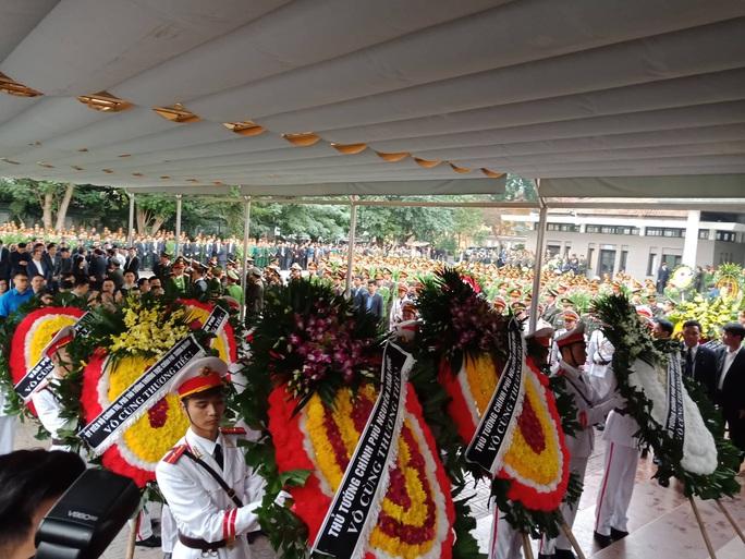 Thủ tướng Nguyễn Xuân Phúc viếng 3 liệt sĩ công an hy sinh tại xã Đồng Tâm - Ảnh 5.