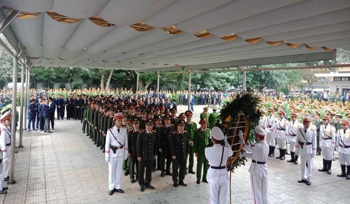 Thủ tướng Nguyễn Xuân Phúc viếng 3 liệt sĩ công an hy sinh tại xã Đồng Tâm - Ảnh 4.