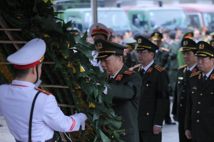 Thủ tướng Nguyễn Xuân Phúc viếng 3 liệt sĩ công an hy sinh tại xã Đồng Tâm - Ảnh 10.