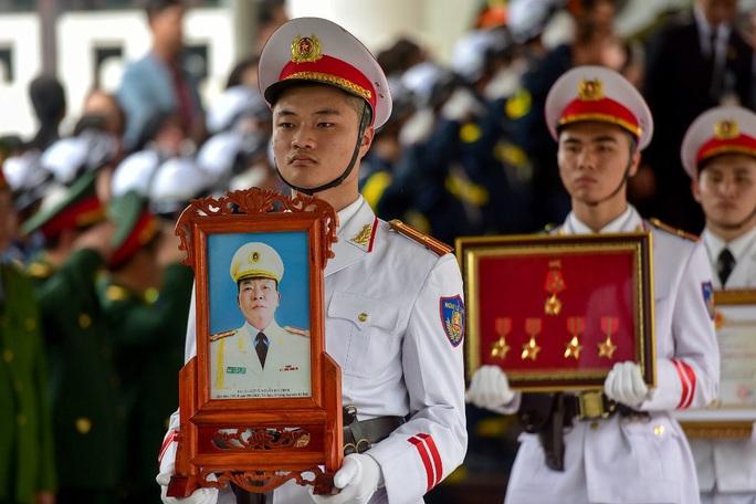 Xúc động tiễn biệt 3 liệt sĩ hy sinh khi làm nhiệm vụ tại xã Đồng Tâm - Ảnh 1.