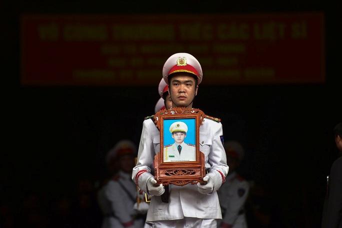 Xúc động tiễn biệt 3 liệt sĩ hy sinh khi làm nhiệm vụ tại xã Đồng Tâm - Ảnh 2.