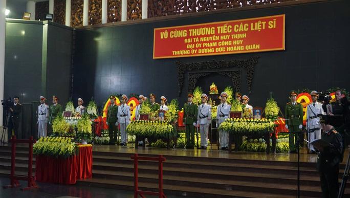 Thủ tướng Nguyễn Xuân Phúc viếng 3 liệt sĩ công an hy sinh tại xã Đồng Tâm - Ảnh 3.