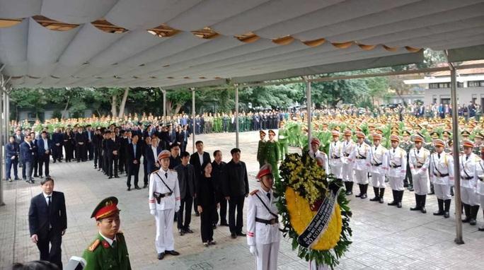 Thủ tướng Nguyễn Xuân Phúc viếng 3 liệt sĩ công an hy sinh tại xã Đồng Tâm - Ảnh 13.