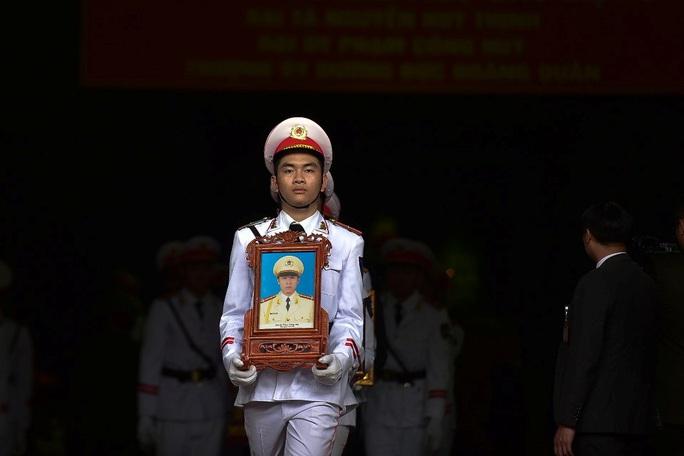 Xúc động tiễn biệt 3 liệt sĩ hy sinh khi làm nhiệm vụ tại xã Đồng Tâm - Ảnh 3.