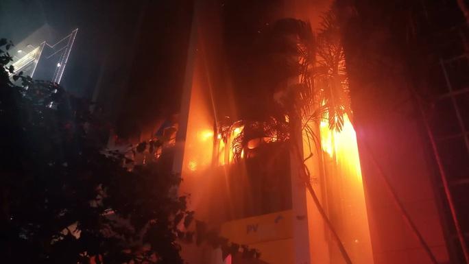 Cháy tòa nhà dầu khí ở TP Thanh Hóa, 1 người tử vong, nhiều người bị thương - Ảnh 2.