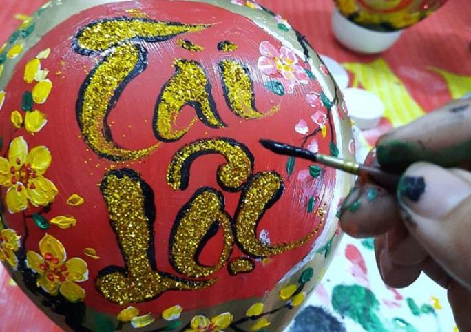 Thầy giáo vẽ tranh quê hương, chữ thư pháp đẹp hút mắt lên trái cây phục vụ Tết - Ảnh 3.